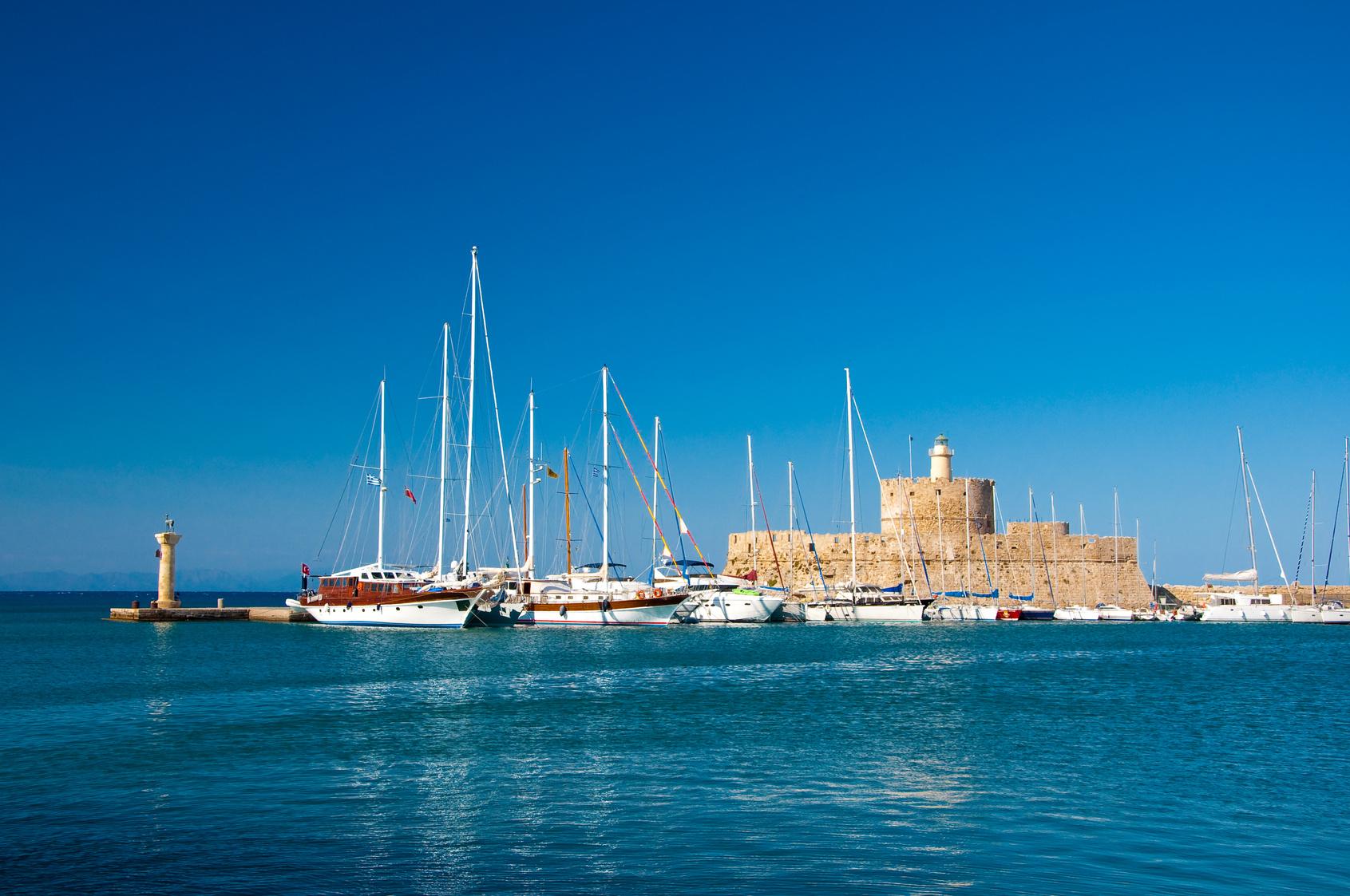 Yachten und der alte Leuchtturm im Hafen von Rhodos