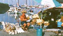 Schwammverkäufer am Hafen von Rhodo